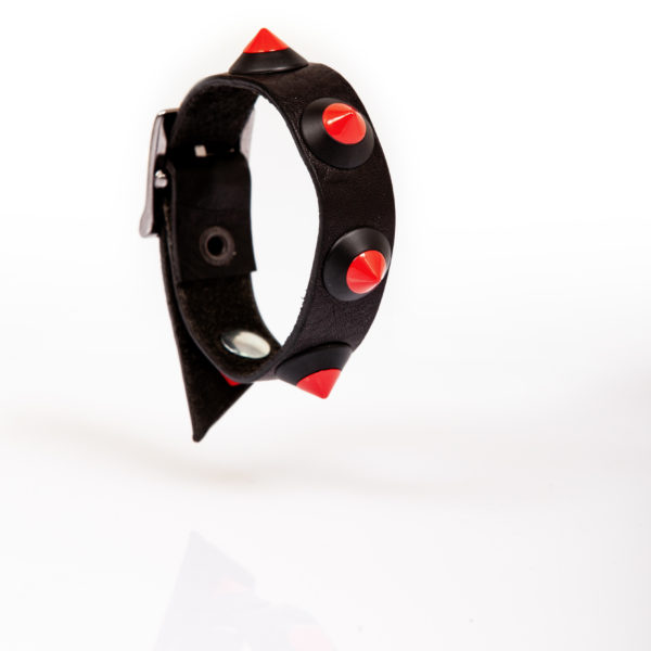 bracciale in pelle nero con borchie rosse