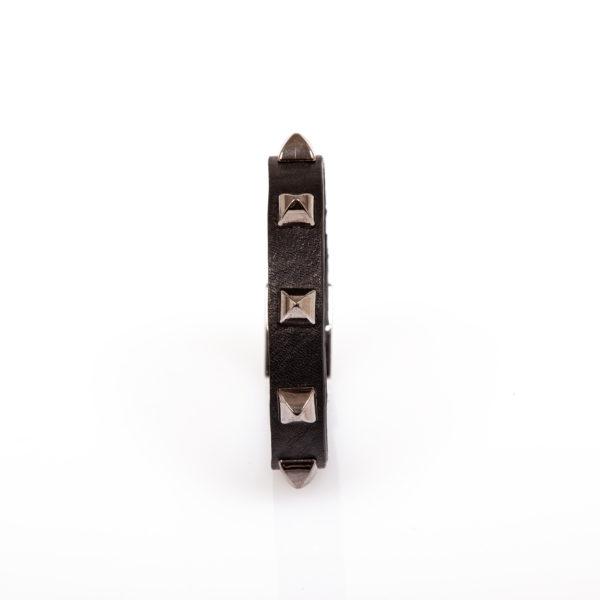 bracciale in pelle nero con borchie in metella color canna di fucile