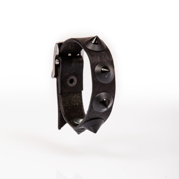 bracciale in pelle nero con borchie nere